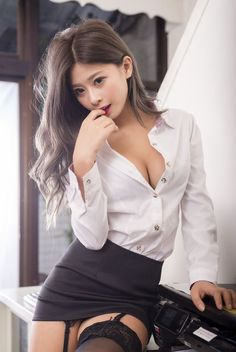 Asia girl nackt in office